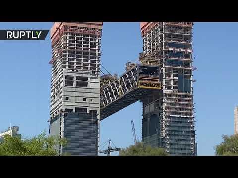 شاهد دبي تستكمل عملية رفع أطول مبنى أفقي معلق في العالم