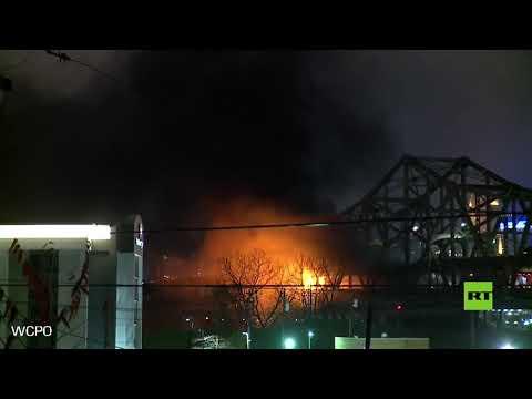 اندلاع حريق هائل في جسر يربط بين كينتوكي وأهايو الأميركيتين