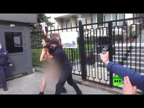 شاهد ناشطة من فيمن تحتجّ عارية أمام سفارة بولندا في كييف