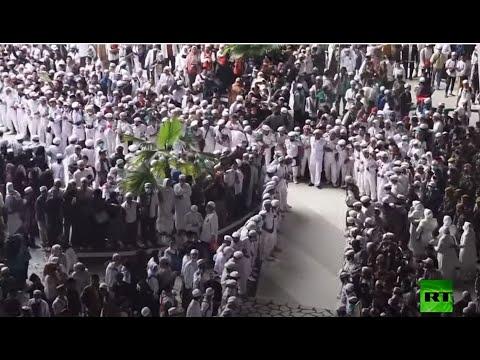 شاهد الآلاف يستقبلون رجل الدين الإسلامي رزيق شهاب في إندونيسيا