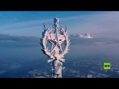 شاهدرصد نجمة متجمدة على قمة أحد أشهر مباني موسكو