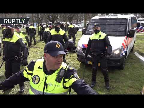 شاهد الشرطة تفرق المحتجين في لاهاي الهولندية