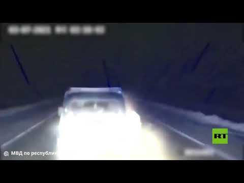 شاهد رجل يرمي مخدرات من نافذة سيارة